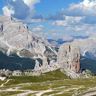 Cinque Torri Loop Tour in the Nuvolau Group